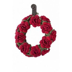 Christmas in Bloom by DROPS Design - Julekrans med blomster Hækleopskrift 22 cm