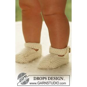 Baby Harriet by DROPS Design - Baby Kjole og Tøfler Strikkeopskrift str. 1/3 mdr - 3/4 år