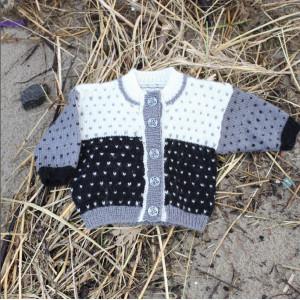 Mayflower Babytrøje med Lus - Bluse Strikkeopskrift str. 1 mdr - 4 år