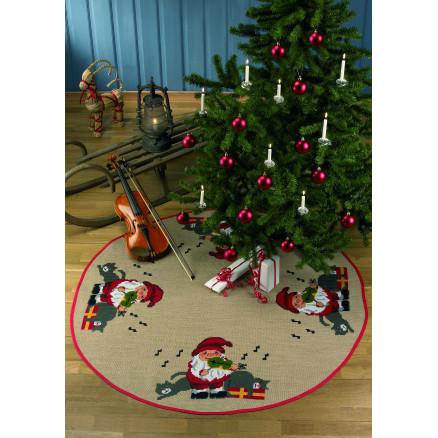 Billede af Færdigbroderet Juletræstæppe - Nisse & Violin - Ø126 cm