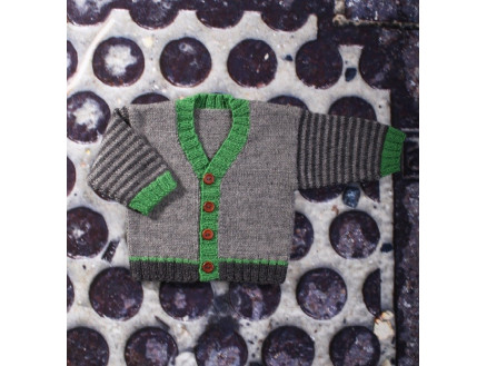 Image of   Mayflower Babytrøje med V-hals - Bluse Strikkeopskrift str. 0/1 mdr -