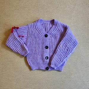 Soft Lavender Cardigan af Rito Krea - Jakke Strikkeopskrift str. XS-L