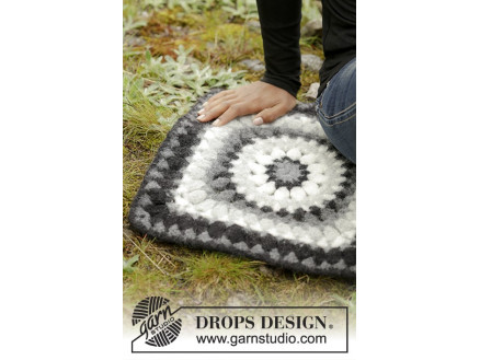 Image of   Slate Rose by DROPS Design - Siddeunderlag Hækleopskrift 36x36 cm