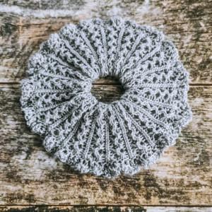 Scrunchie 2 af Rito Krea - Scrunchie Strikkeopskrift 14cm