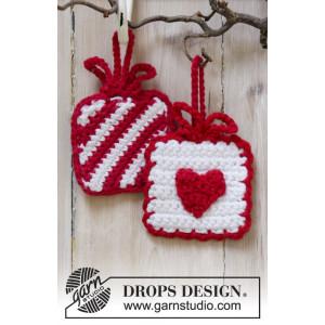 Hanging Gifts by DROPS Design - Julepynt Hækleopskrift 7x7 cm