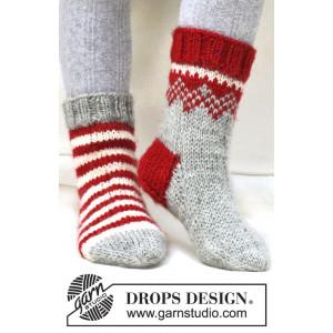 Twinkle Toes by DROPS Design 2 - Julesokker Vinrød og Natur striber Strikkeopskrift str. 22/23 - 41/43